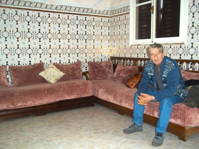 De nouveau un très beau salon marocain avec une déco au mur ...